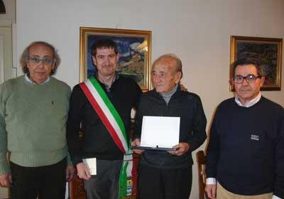 Armando Bacchini con il sindaco Claudio Battazza e l'assessore Vincenzo Di Marzio