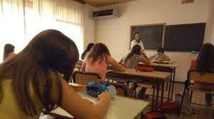 scuola banchi pieni