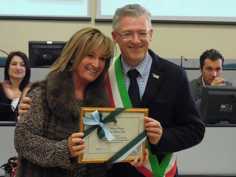 Il sindaco Massimo Pironi premia Marina Pasquini