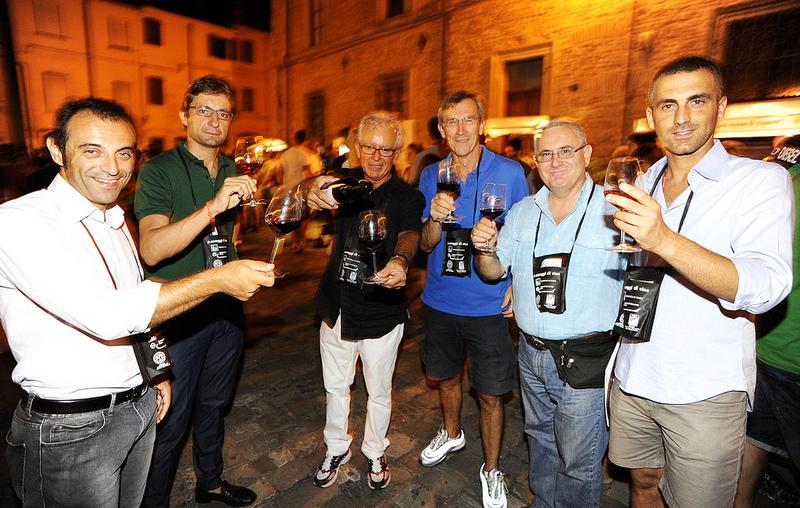 """PROMOTORI Gli organizzatori nel corso dell'edizione 2012 mentre brindano al """"Made in Rimini"""" e al successo della manifestazione"""