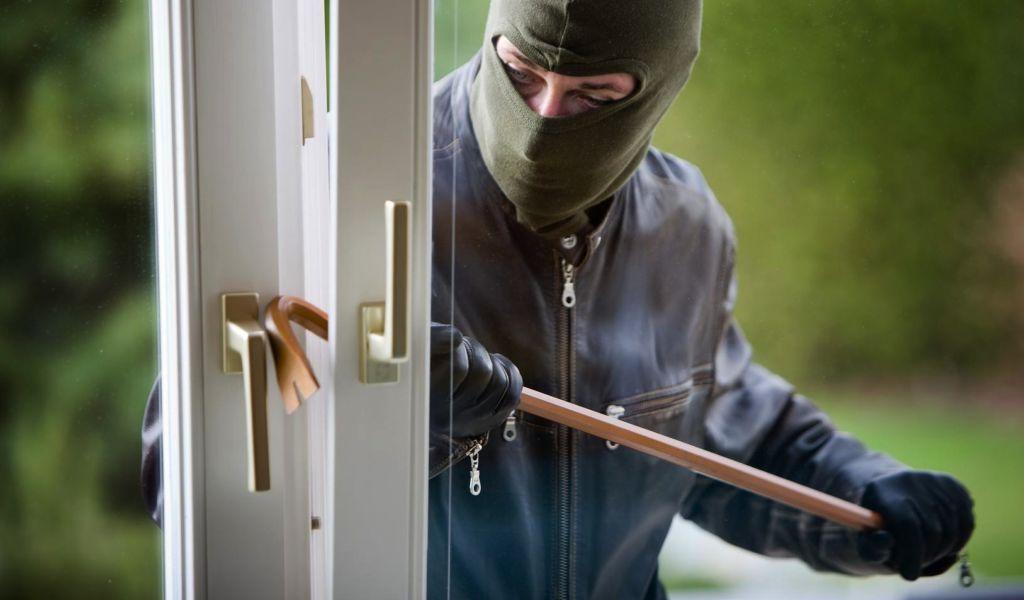 Einbrecher an einem Fenster