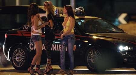 prostitute mentre battono sulla statale adriatica