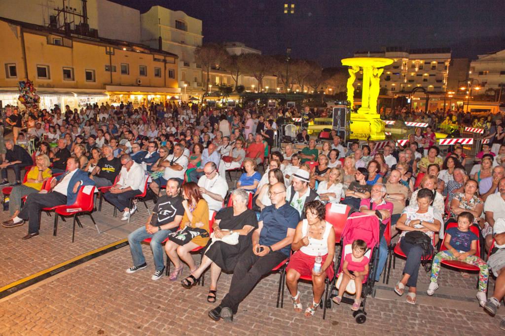 Appassionati del giallo in piazza