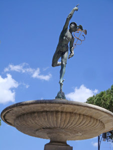 La statua del Mercurio, simbolo di Morciano