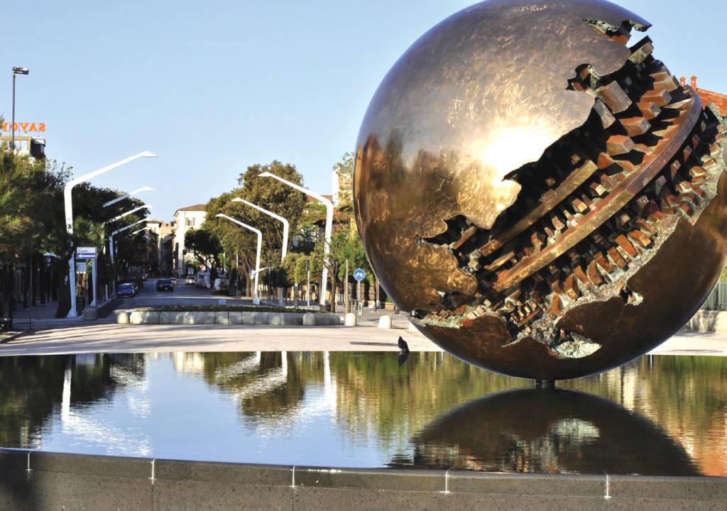 Pesaro, la famosa palla di Arnaldo Pomodoro