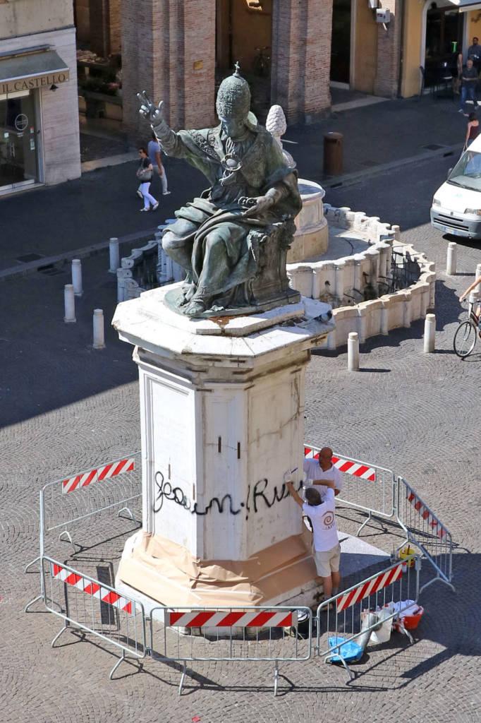 La statua di Paolo V imbrattata