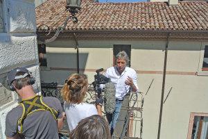 Il sindaco Andrea Gnassi sul bellissimo balconcino ad angolo del palazzo comunale