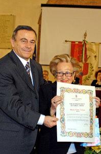 Il sindaco di Rimini premia Maria Luisa Zennari con il